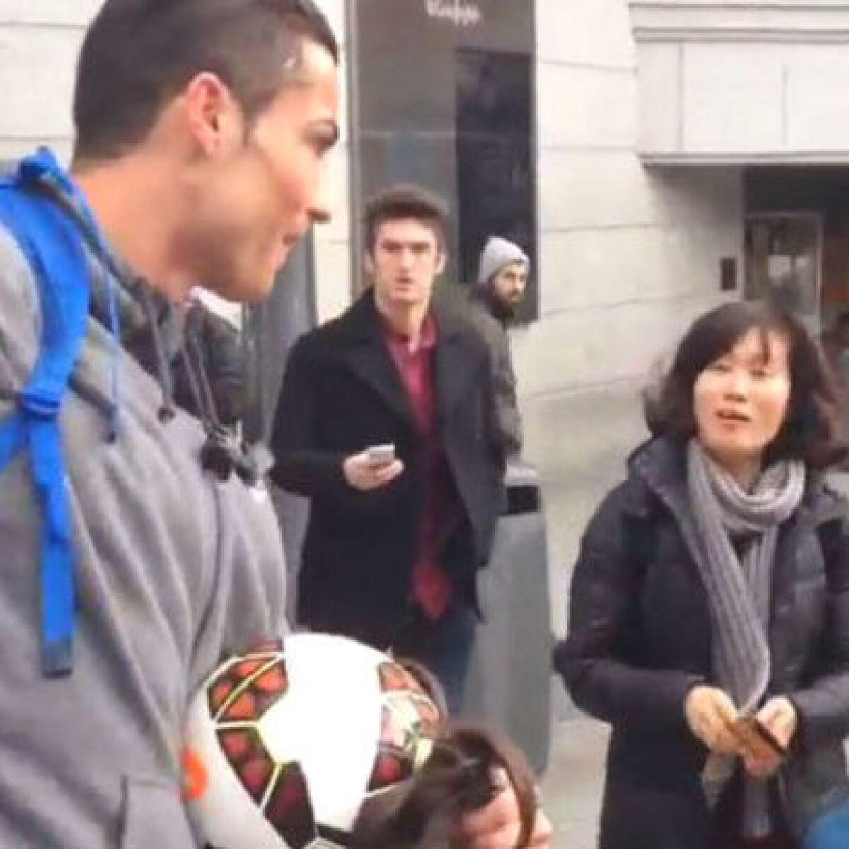 Cristiano Ronaldo sorprende a niño al disfrazarse de indigente