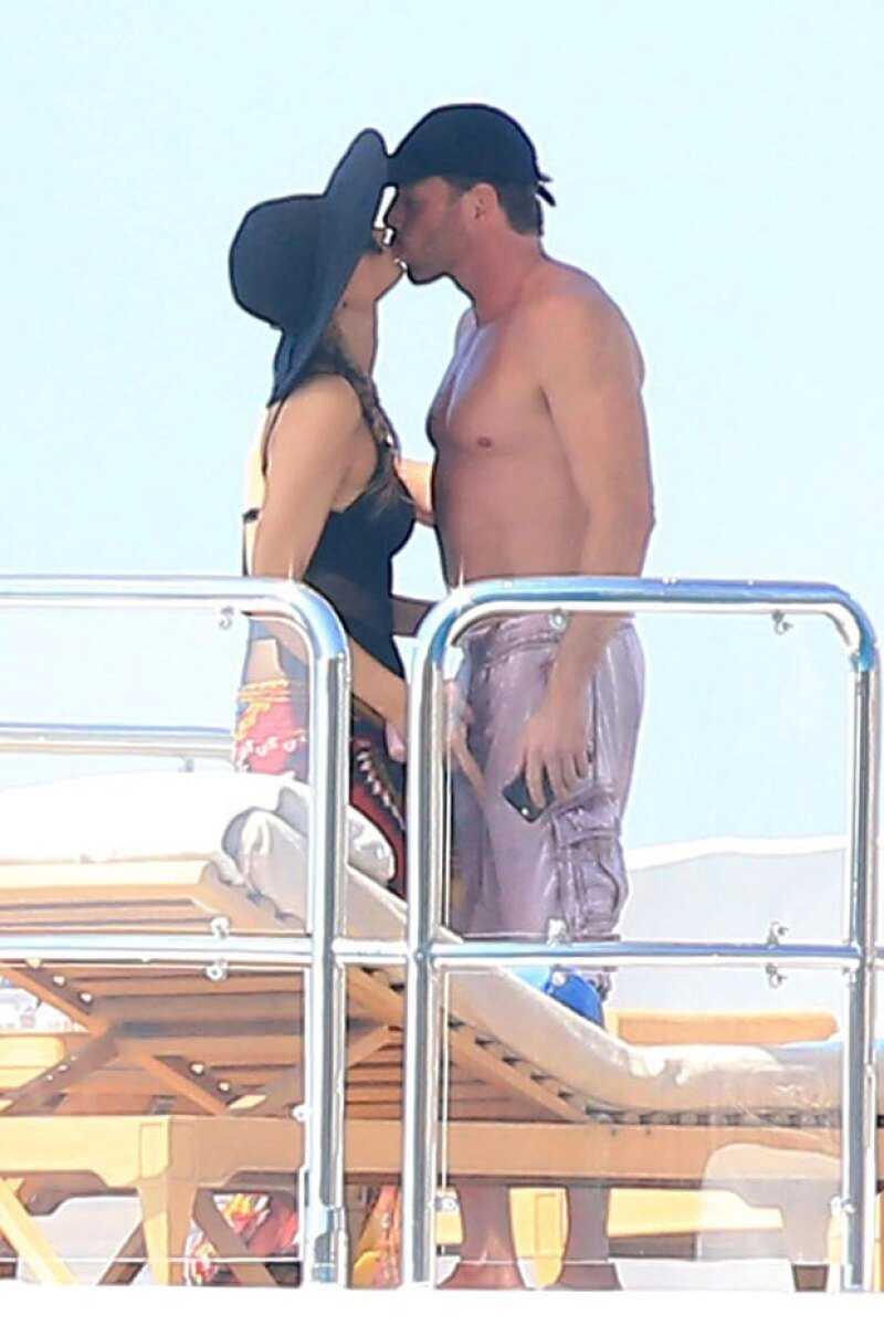 La guapa empresaria fue captada muy romántica en Formentera, España, con un hombre misterioso, quien resulta ser un multimillonario.