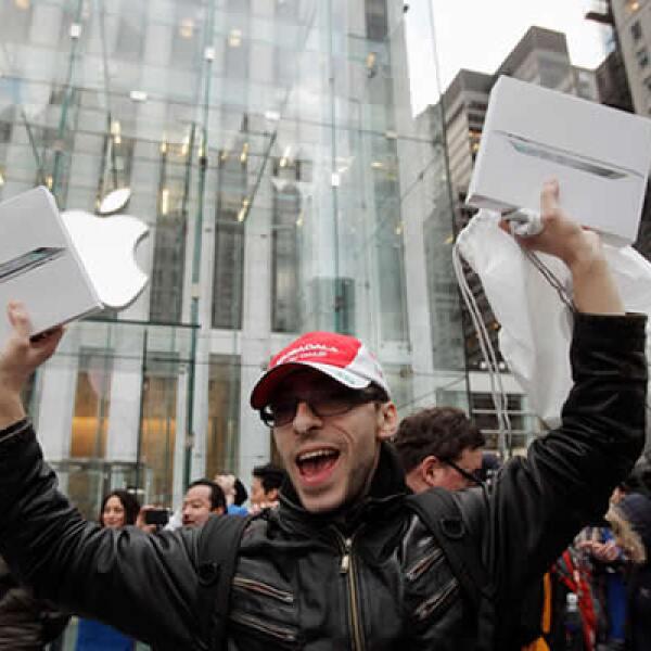 Uno de los primeros compradores de la iPad, al salir de la tienda de Apple en Nueva York.