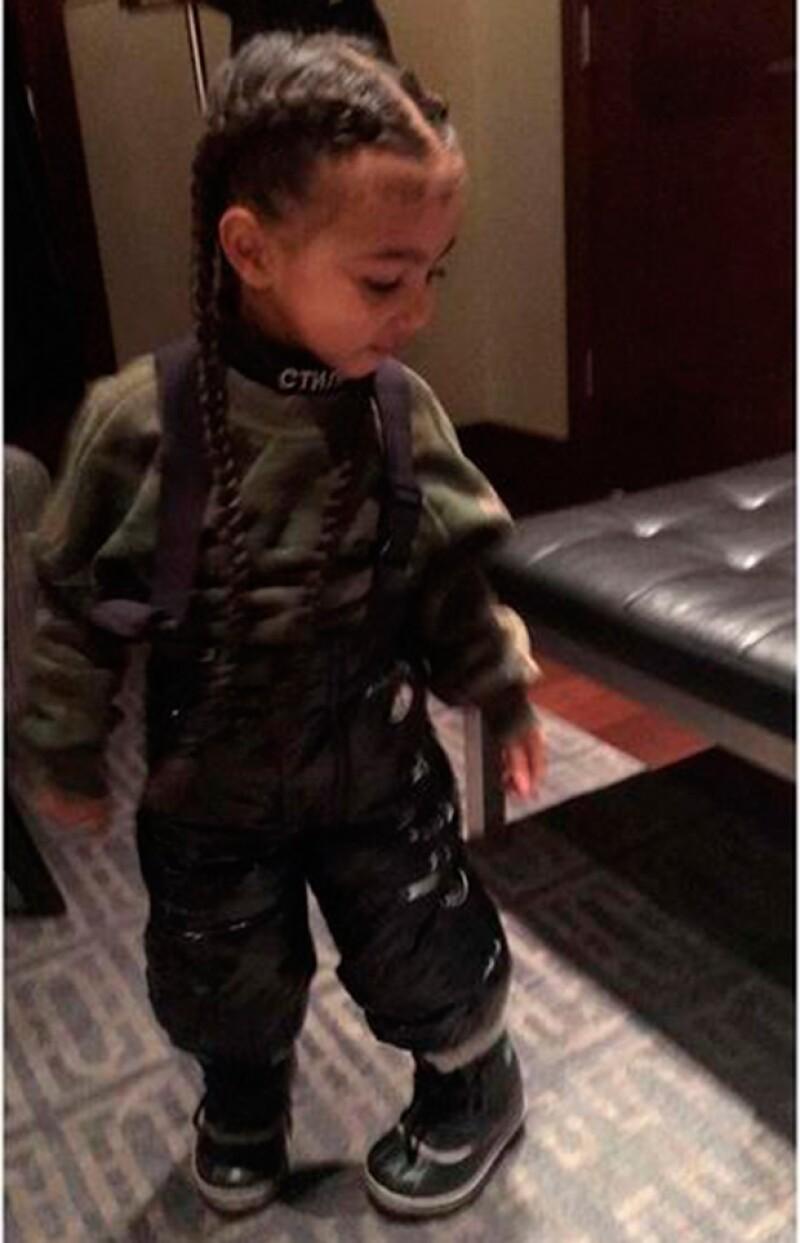 Kim Kardashian compartió en redes una foto de su hija luciendo pelo largo, hecho que algunos tomaron de manera divertida y muchos otros criticaron.