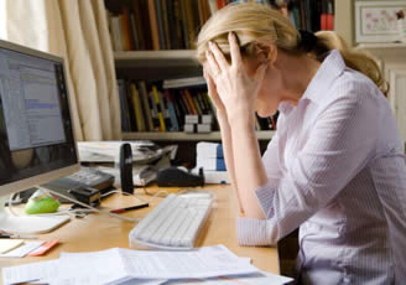 Entre los síntomas del estrés están los dolores de cabeza, tics nerviosos, fatiga, malhumor, insomnio, nerviosismo y falta de memoria. (Foto: Jupiter Images)