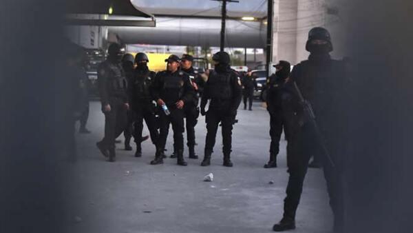 Las autoridades realizan un peritaje en el penal, tras la disputa entre dos bandas rivales.