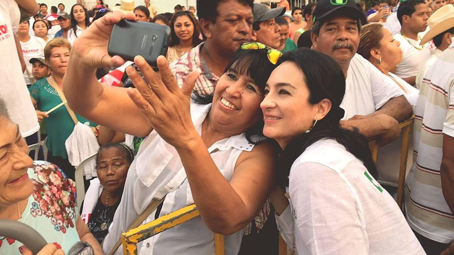 La esposa del priista Héctor Yunes ha adquirido popularidad por su cercanía con los veracruzanos.