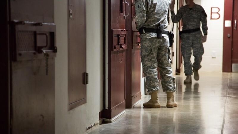 ardias vigilan las celdas del centro de detención de la Bahía de Guantánamo, donde fueron implementadas técnicas de tortura