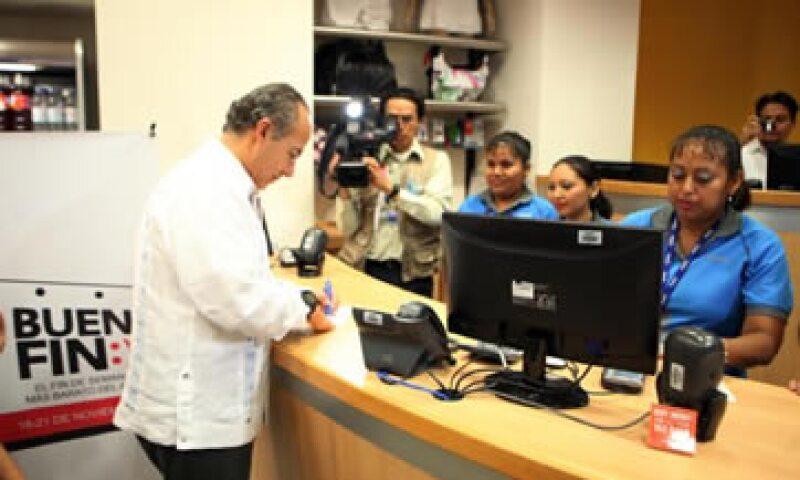 Felipe Calderón compró también una pelota para sus hijos aprovechando las ofertas del 'Buen Fin'. (Foto: Cortesía Presidencia)