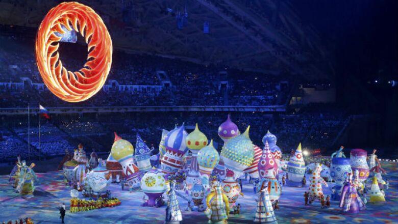 En este colorido espectáculo desfilaron representaciones de varios recintos históricos como la Catedral de San Basilio