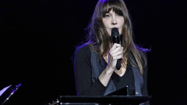 La Primera Dama de Francia deleitó a los presentes con una canción durante la novena entrega de los premios Constantine, que se realizó en la sala Olympia de Paris.