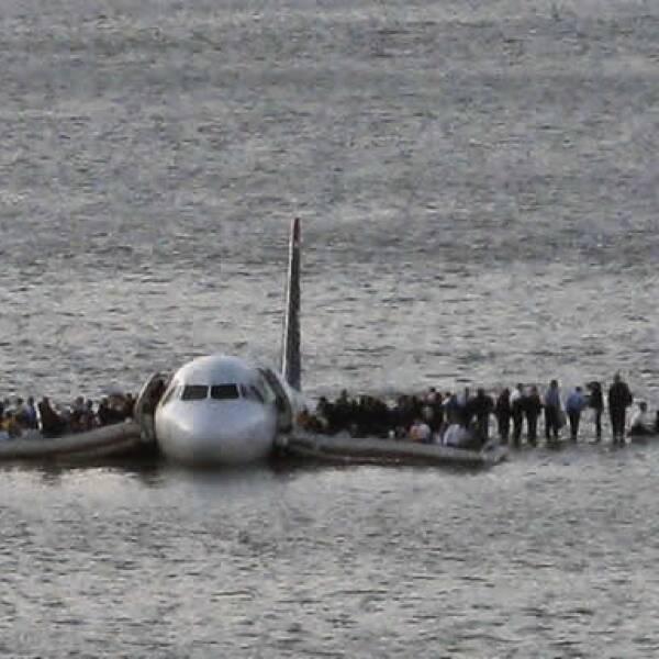 El piloto del vuelo 1549 Chesley Sullenberger, ex piloto de combate de la Fuerza Aérea con 40 años de experiencia, reportó que había chocado con pájaros a pocos kilómetros del aeropuerto.