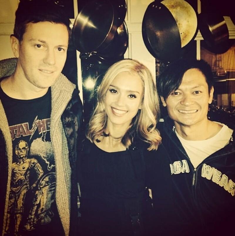 La actriz de 32 con el director de la película y el coordinador de los dobles.