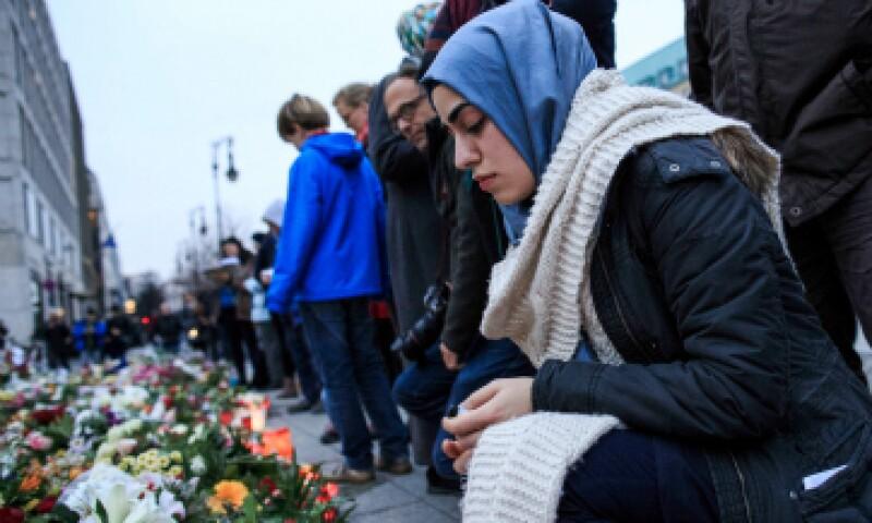 Una mujer musulmana rinde homenaje a las víctimas de los ataques de París. (Foto: Getty Images)