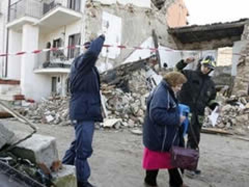 Las labores de rescate continúan en las zonas afectadas por el terrmoto registrado el lunes. (Foto: AP)