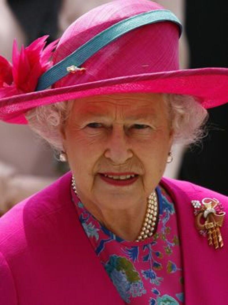 La Reina de Inglaterra ha dicho a los príncipes Guillermo y Harry que cualquier signo de ostentación resultaría inapropiado en los tiempos que corren.