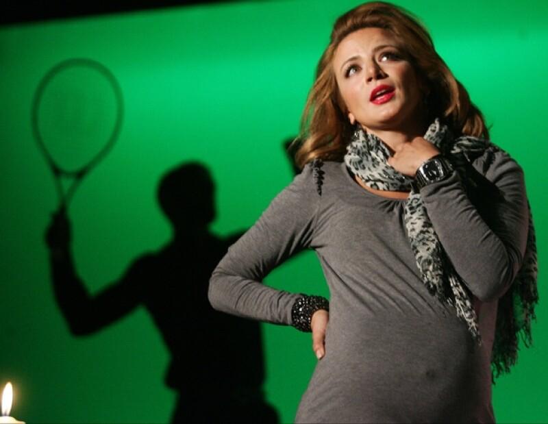 La actriz mexicana bebuta en el teatro con la puesta en escena Sin cura.
