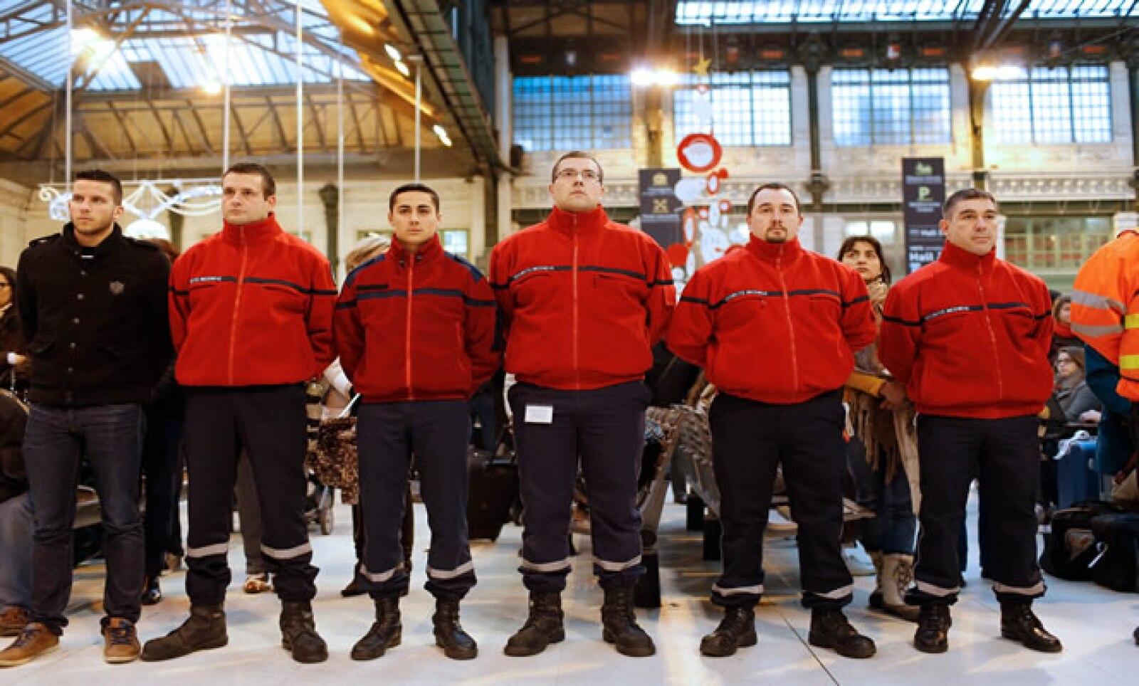 Personal de seguridad de la estación Gare de Lyon también rindieron homenaje a las víctimas