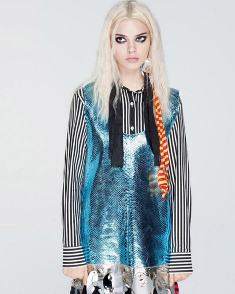 Con un color de pelo diferente, el ángel de Victoria Secret utilizó prendas de Dior Haute Couture y Louis Vuitton.