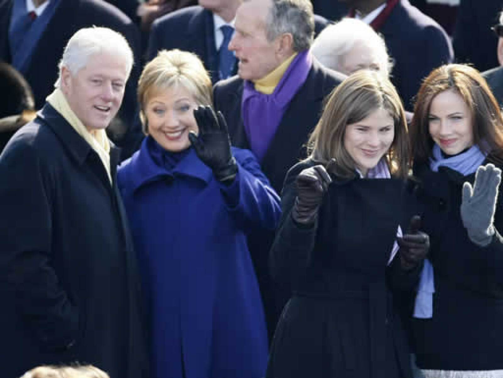 El ex presidente Bill Clinton, su esposa Hillary y sus hijas Jenna y Bárbara mandan saludos a las hijas de Obama.