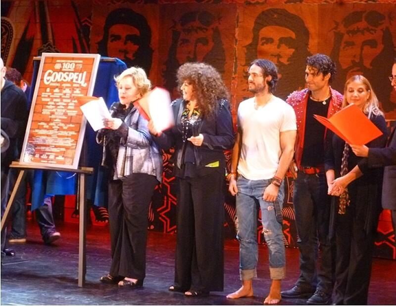 Alex, José y el elenco durante la develación de placa con Silvia Pinal.