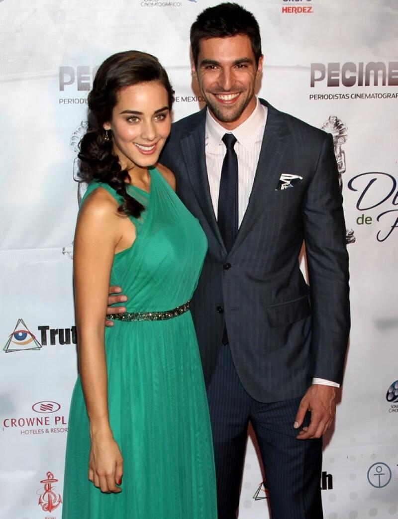 """El actor, quien actualmente participa en la puesta en escena """"Cuatro XXXX"""" mantiene un noviazgo con la actriz Esmeralda Pimentel dice estar muy enamorado pero desmiente rumores de boda."""