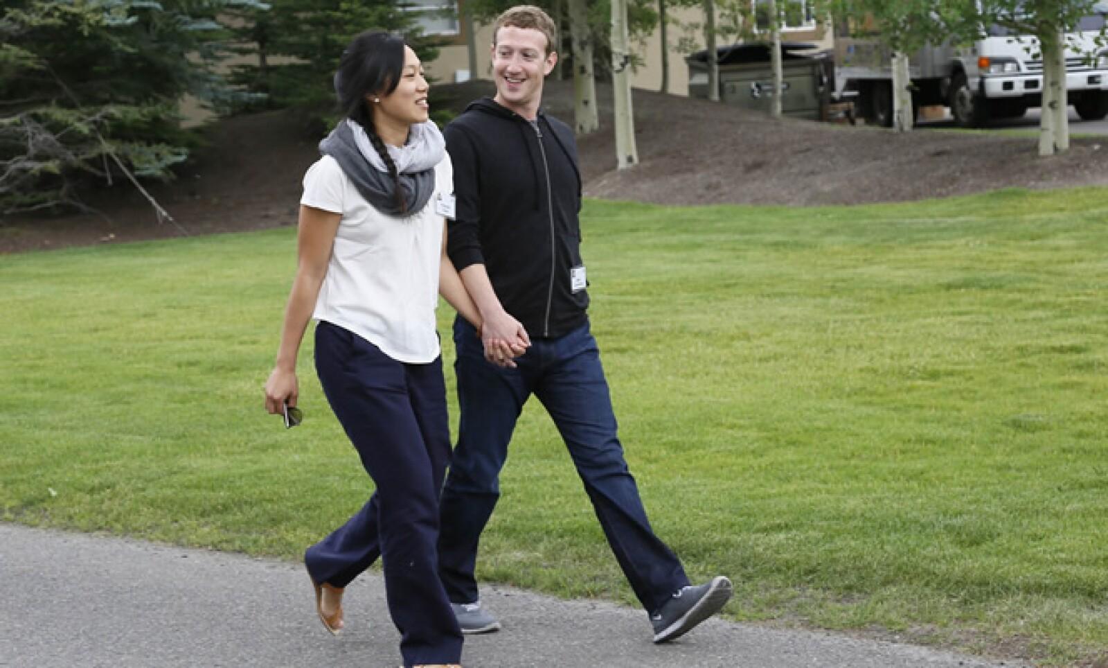 El fundador de Facebook, Mark Zuckerberg, arribó al encuentro empresarial con su esposa Priscilla Chan.