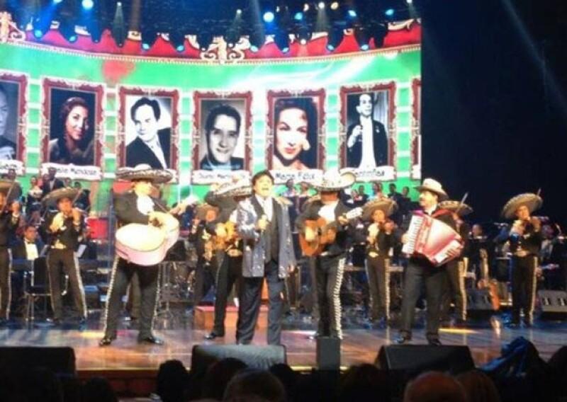 """En un concierto privado con invitados especiales como los gobernadores de Chihuahua, César Duarte y Michoacán, Jesús Reyna, """"El divo de México"""" ofreció una emotiva velada en honor a su carrera."""