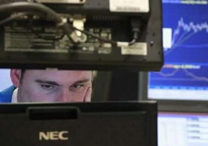 """El indicador conocido como """"el índice del miedo"""" en Wall Street saltó 13.1%. (Foto: Reuters)"""