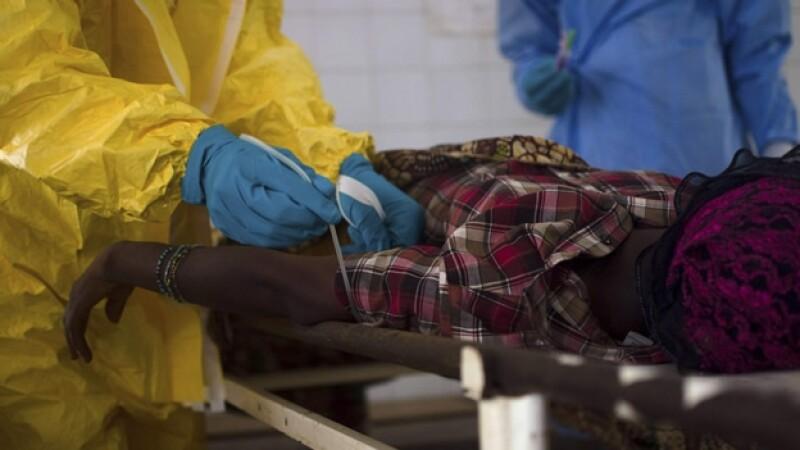 Una paciente sospechosa de estar infectada con el virus del ébola, durante una prueba para detectar la enfermedad