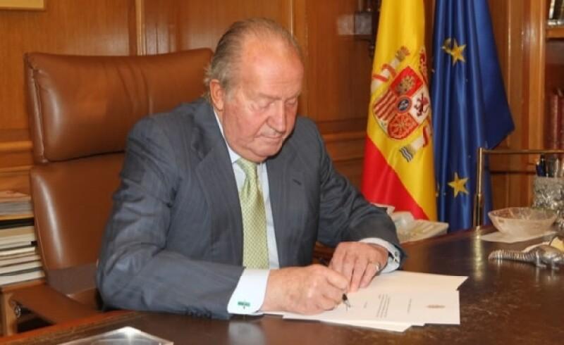El día de hoy el rey de España abdicó en favor de su hijo el príncipe Felipe de Asturias.
