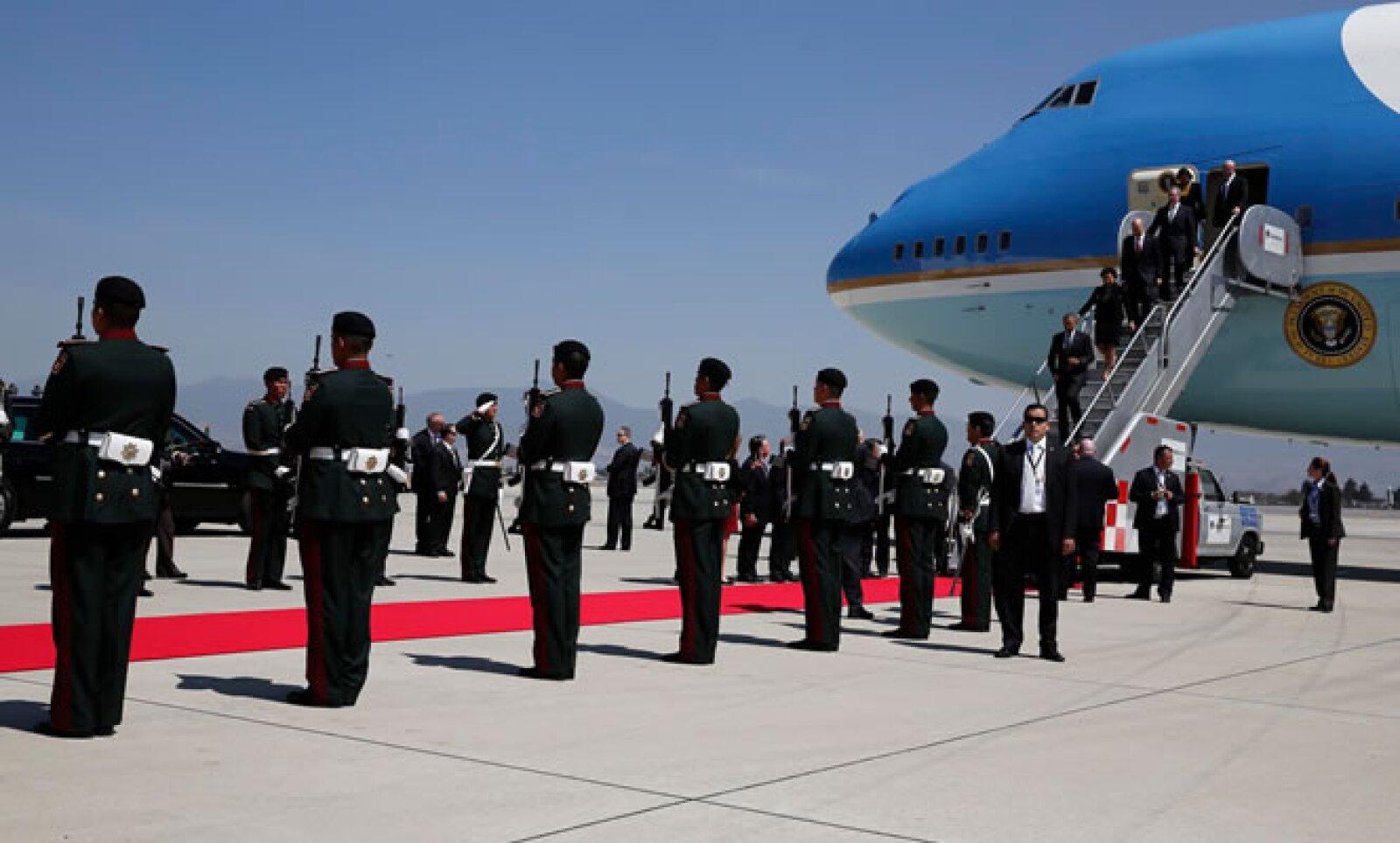 El presidente de Estados Unidos llegó a México minutos después del mediodía. Su primer compromiso es una reunión con Enrique Peña Nieto.