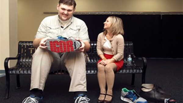 Reebok se llevó cinco meses en fabricar los zapatos del hombre más grande de EU. (Foto: AP)