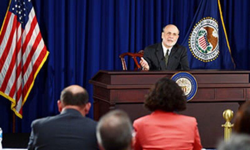 La Fed compra bonos por 85,000 mdd mensuales para alentar la recuperación económica. (Foto: Cortesía CNNMoney.com)
