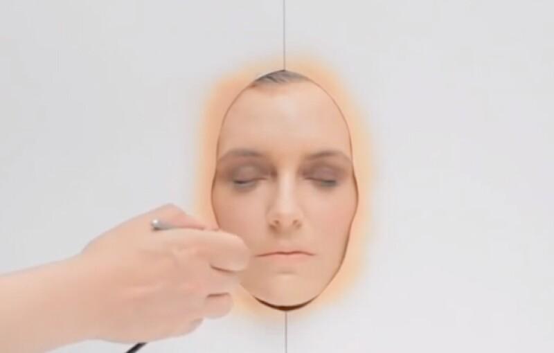 Nowness realizó un video de 3 minutos en donde usan el equivalente de un año de maquillaje en la modelo Hannelore Knuts.