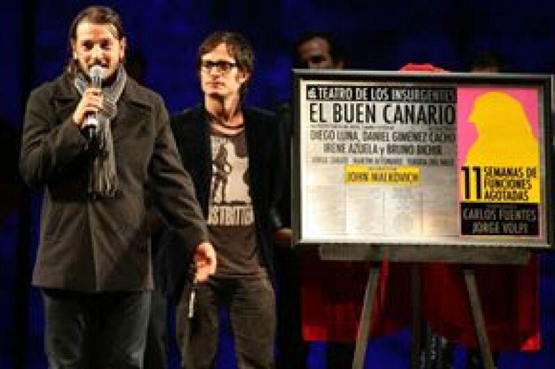 Debido a otros compromisos, el escritor Carlos Fuentes no develó la placa alusiva junto a su colega Jorge Volpi, pero en su lugar lo hizo el actor Gael García Bernal, quien leyó las palabras que Fuentes dejó para la ocasión.