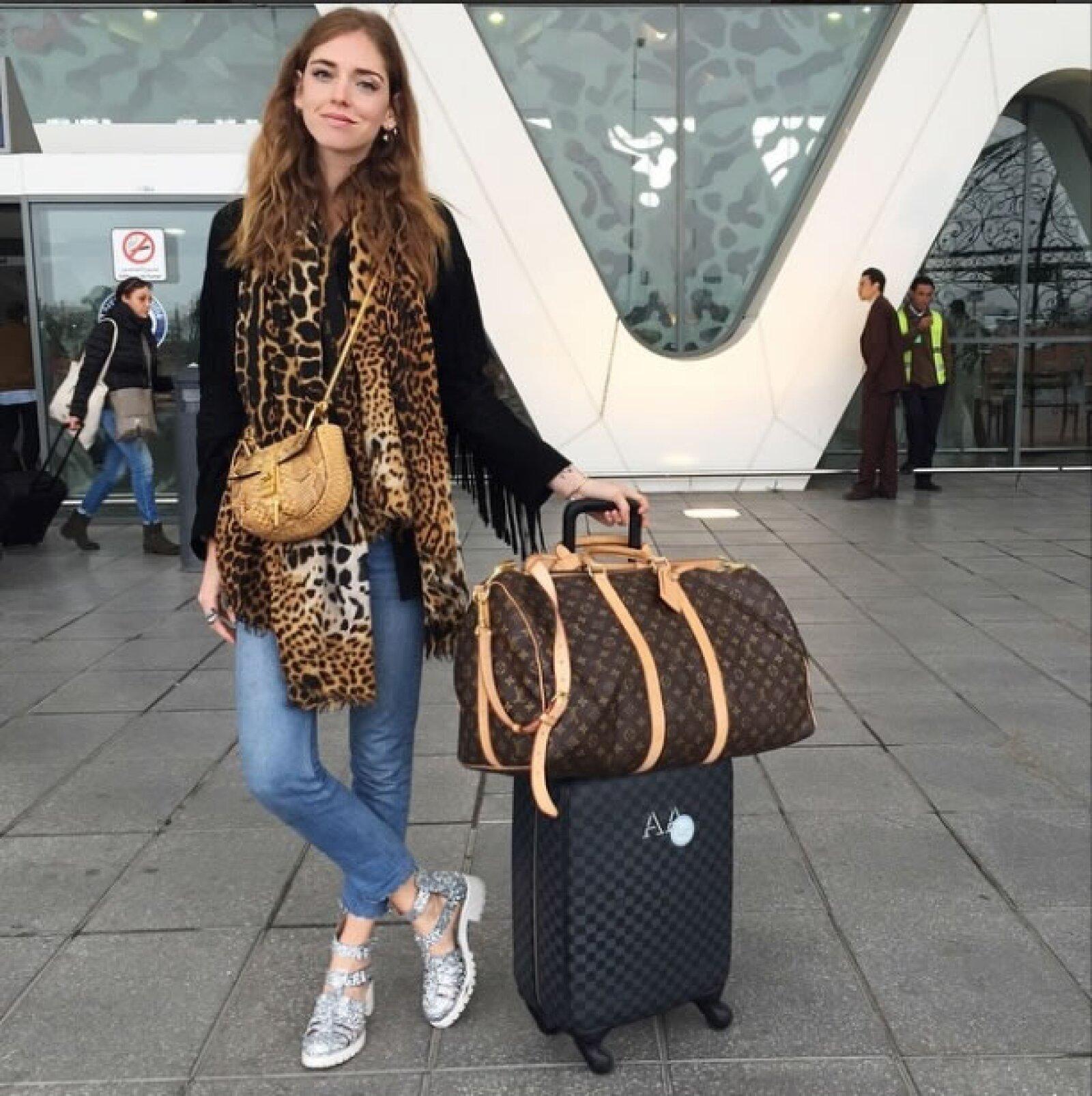 El animal print se apoderó del look que llevó Chiara a Marruecos. Complementó la mascada Saint Laurent con una chamarra de fringes negra, una bolsa crossover de Chloé y las sandalias Kim de su línea de zapatos.