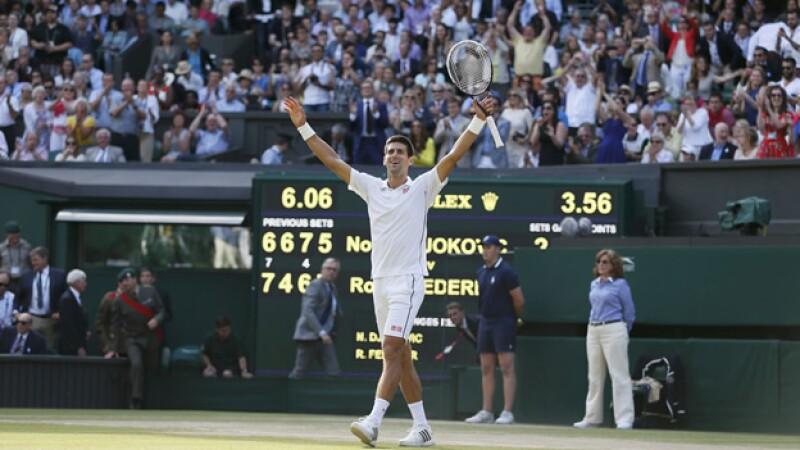 El tenista serbio retomó el puesto número uno del mundo al vencer a Roger Federer en un buen partido