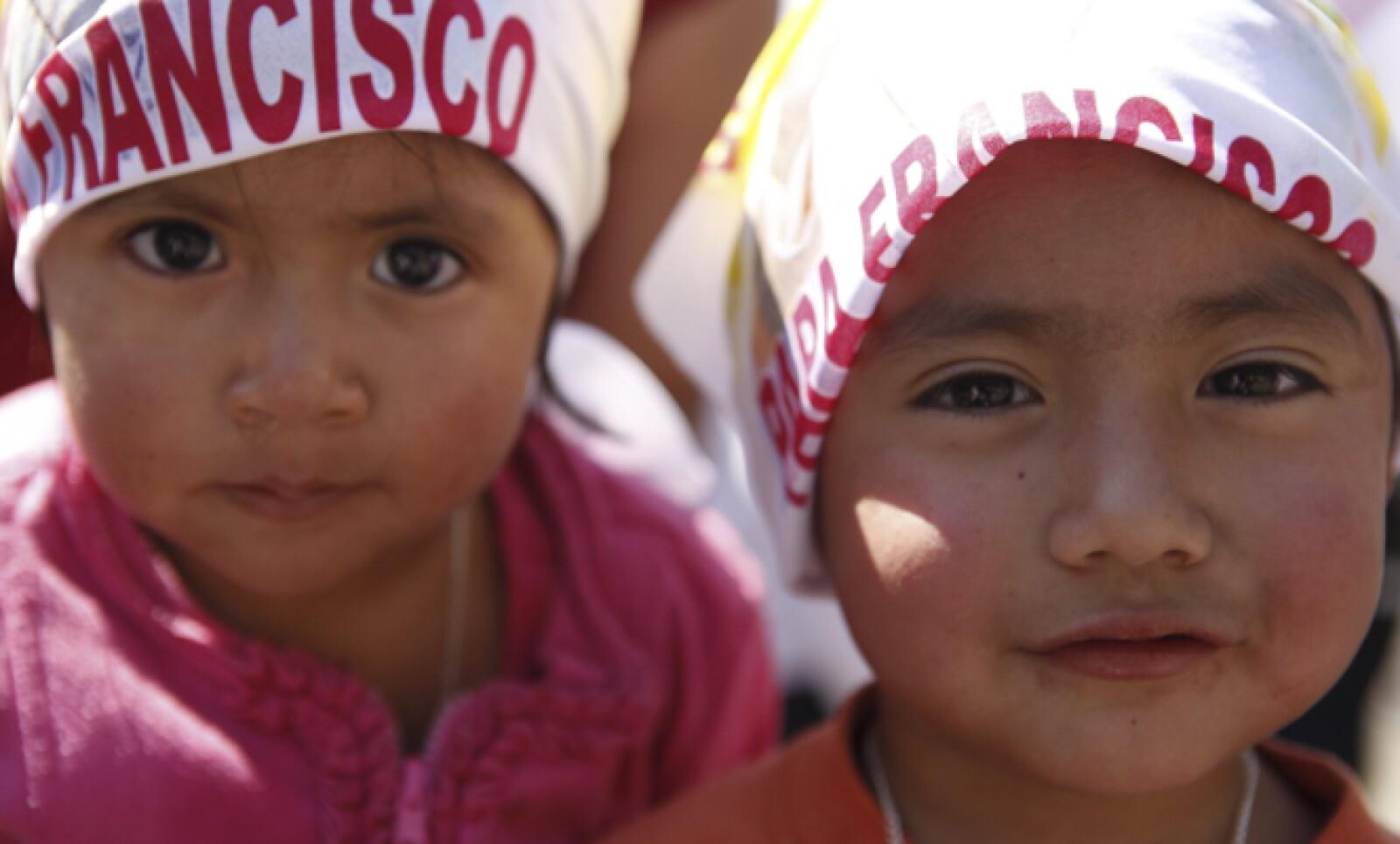 Los niños estuvieron pendientes del paso del máximo representante del catolicismo.