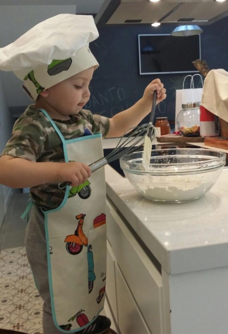 La periodista española compartió una fotografía de su hijo Martín muy atento en la cocina, luciendo gorro y delantal como todo un profesional.