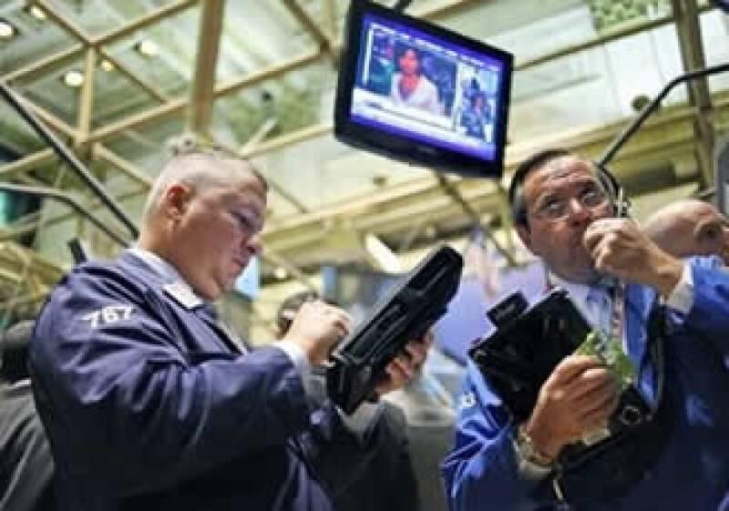 Los mercados accionarios operan con importantes ganancias a media jornada del viernes. (Foto: AP)