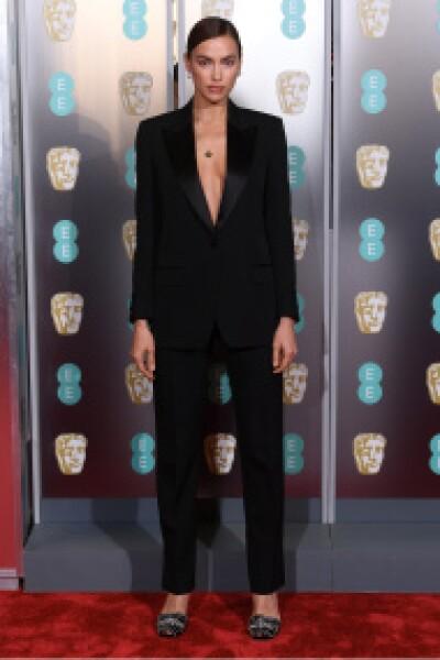 Irina Shayk llegó a los premios BAFTA en un tuxedo Burberry