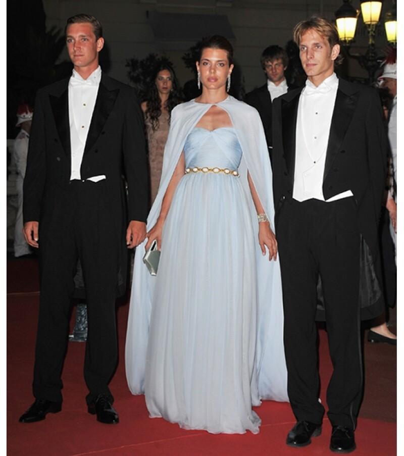 El príncipe con sus hermanos durante la boda de su tío Alberto de Mónaco.