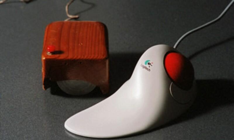 El primer ratón consistía en una simple carcasa de madera que cubría dos ruedas metálicas. (Foto: AP)