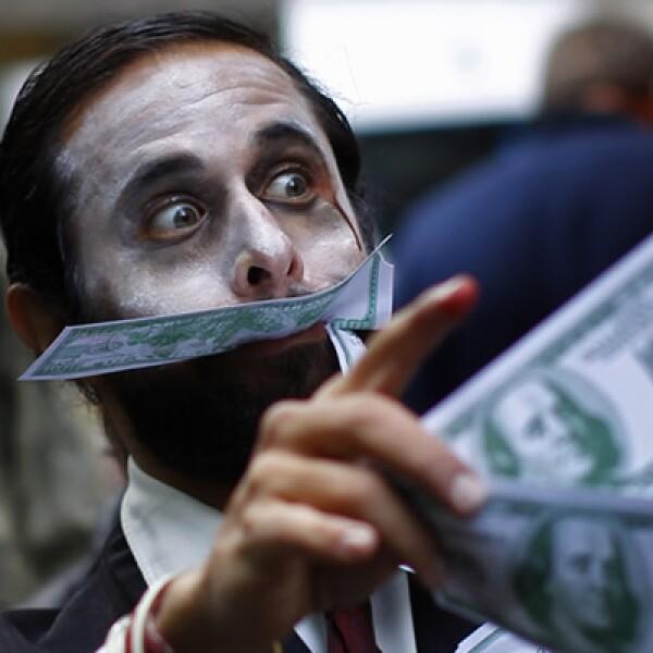 Integrantes del movimiento Occupy Wall Street  (Ocupemos Wall Street) se disfrazaron de zombies y fingieron devorar dinero para que los ejecutivos financieros vieran una metáfora de sus acciones.