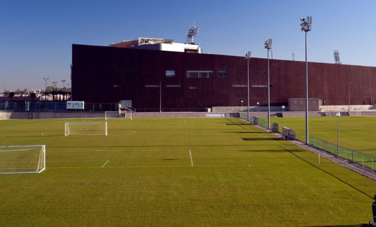 El recinto deportivo cuenta con capacidad para 30 mil aficionados al futbol, sin embargo, está preparado para recibir otro tipo de eventos, con la posibilidad de añadir otros tres mil lugares sobre el nivel de cancha.