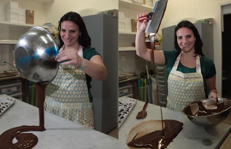 Sary dentró de la cocina Sacheé preparando chocolates.
