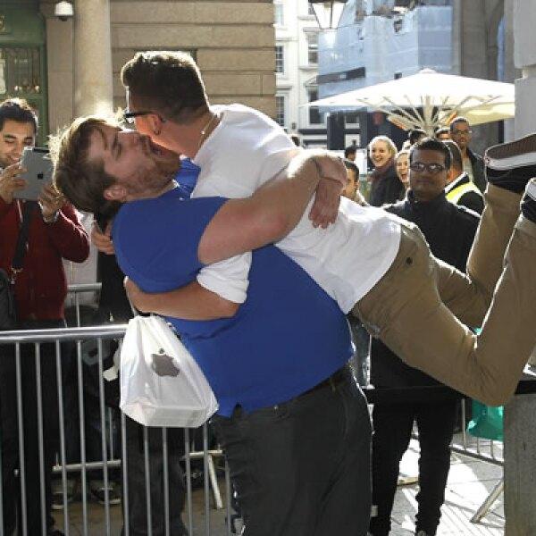Un comprador salta a los brazos de un empleado de la tienda de Apple en Londres, tras comprar el iPhone 4S.