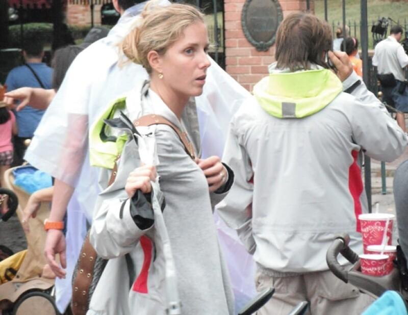 Sharon Fastlicht y Emilio Azcárraga Jean (de espalda, hablando por teléfono) antes de entrar a The Haunted Mansion.