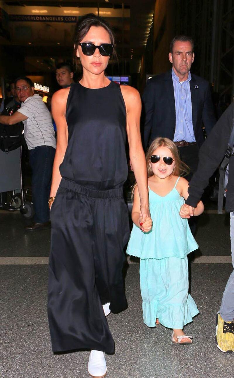 Mientras dejaban LA después de la celebración del cumple de la diseñadora, tanto ella como su hija menor fueron captadas luciendo casi el mismo outfit, sin embargo, la pequeña llamó más la atención.