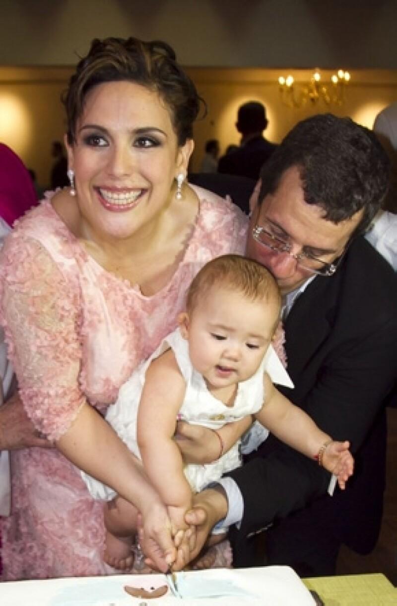 """La actriz y comediante contó a la revista """"People en Español"""" que tiene tres meses de embarazo. Comparte la alegría con su esposo Otto Padrón y con Angélica, su pequeñita de 20 meses."""