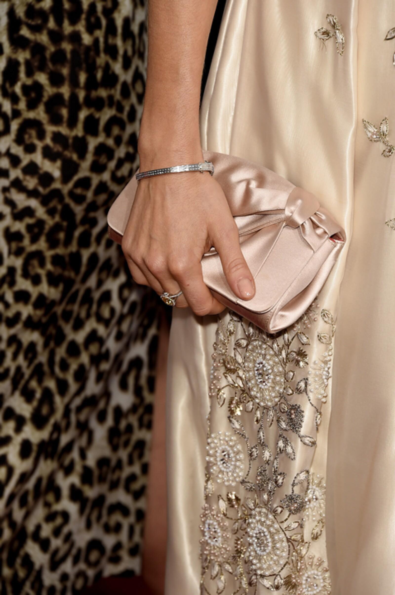 Sienna luce un anillo de diamante y una pulsera, ambos de Tiffany & Co.