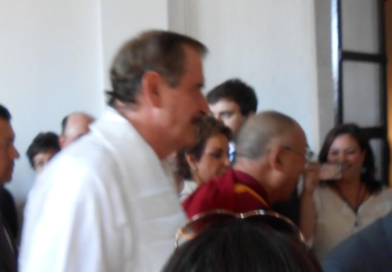 Aquí el Dalai Lama durante su llegada a la ex hacienda San Cristobal, escoltado por Vicente y Marta Fox.