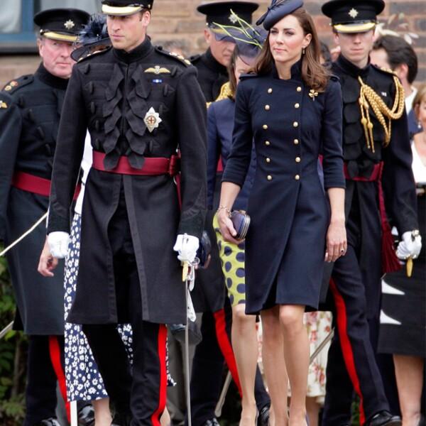 En un elegante outfit de inspiración militar para un desfile de la Guardia Irlandesa.